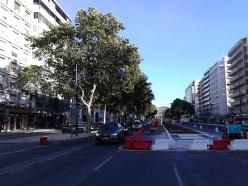 A imagem de marca da Câmara de Lisboa, criar trânsito onde não existia. Derretem-se milhões para levantar o chão e fazer de novo. E entretanto ficam menos faixas de circulação e lugares de estacionamento.