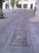 O novo pavimento na secção Sul da praça. Colocado recentemente mas como se pode verificar já se prepara uma futura requalificação.